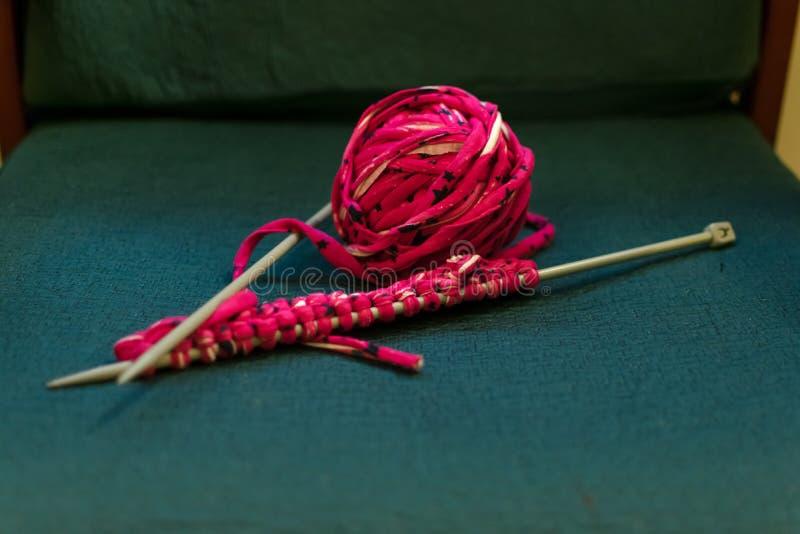 毛线钩针编织和丝球在沙发的 库存图片