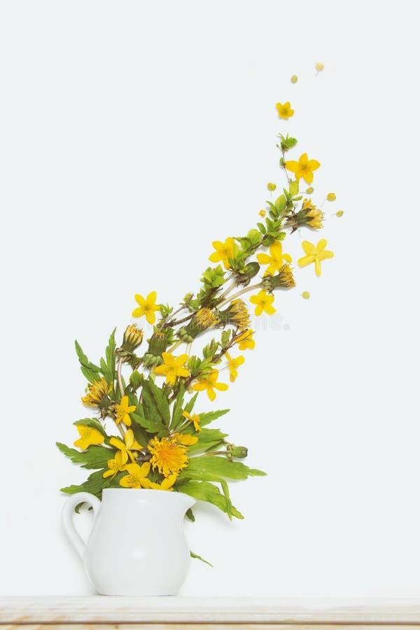 毛茛和蒲公英黄色花花束 免版税图库摄影