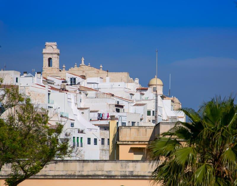 毛马翁街市白色市在Balearics的Menorca 图库摄影