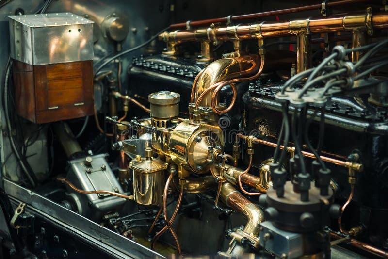 毫华和昂贵的葡萄酒经典减速火箭的汽车详细的发动机零件接近的看法  选择聚焦 免版税图库摄影