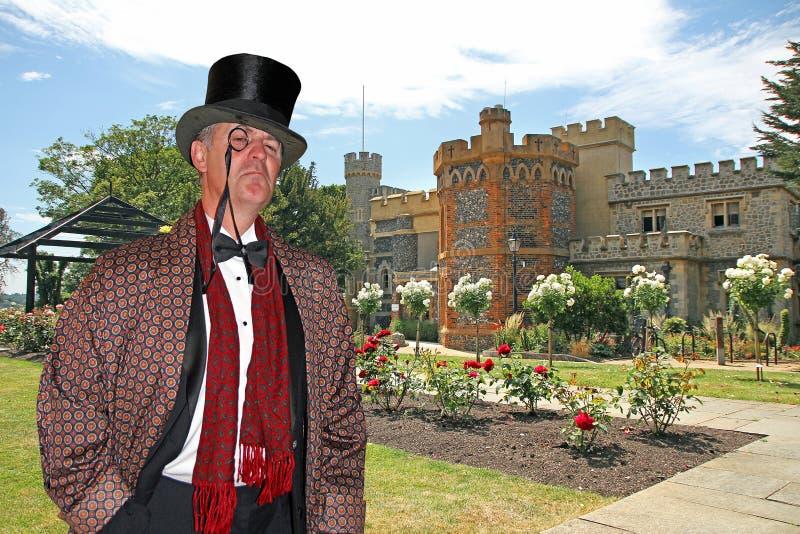 毫华国家绅士在城堡庭院里 库存图片