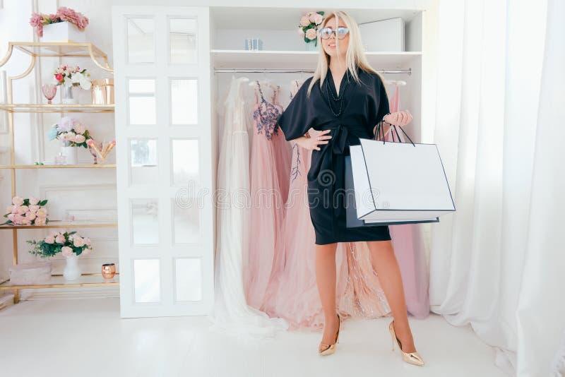 毫华妇女生活方式购物的豪华陈列室 库存图片