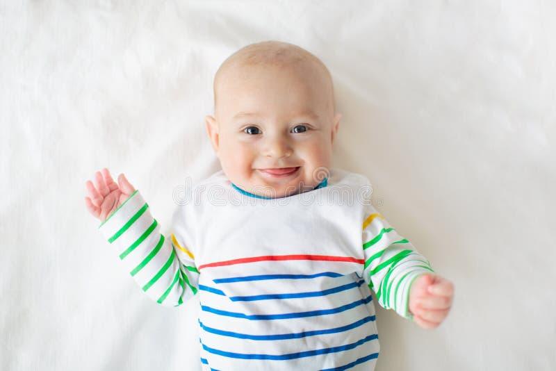 毯子的男婴 婴儿孩子 孩子在床上 图库摄影