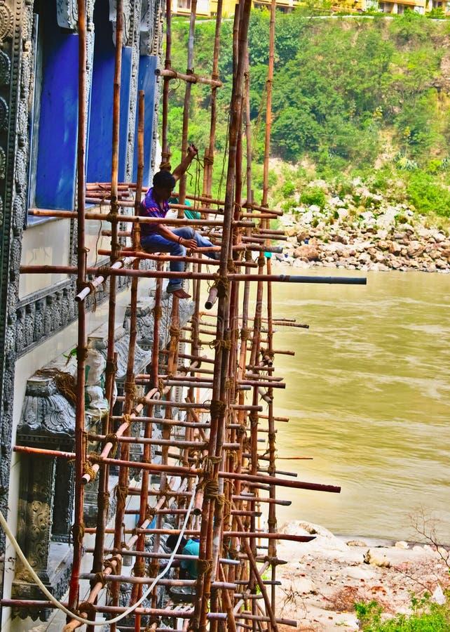 民工和建筑工人在印度在瑞诗凯诗,印度,2019年7月8日 免版税图库摄影