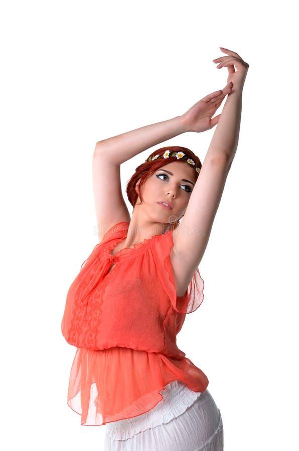 民族服装的年轻红头发人舞蹈家 图库摄影