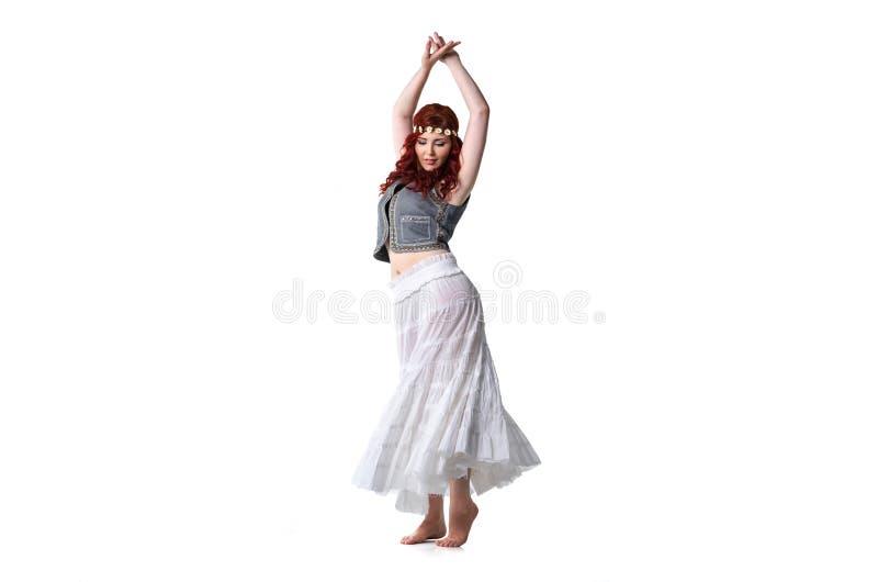 民族服装的年轻红头发人舞蹈家 库存照片