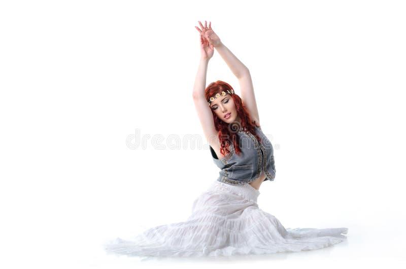 民族服装的年轻红头发人舞蹈家 库存图片