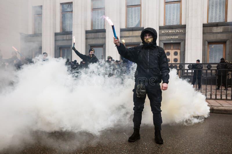 民族主义的小组烧火光在3月尊严期间在基辅 库存图片