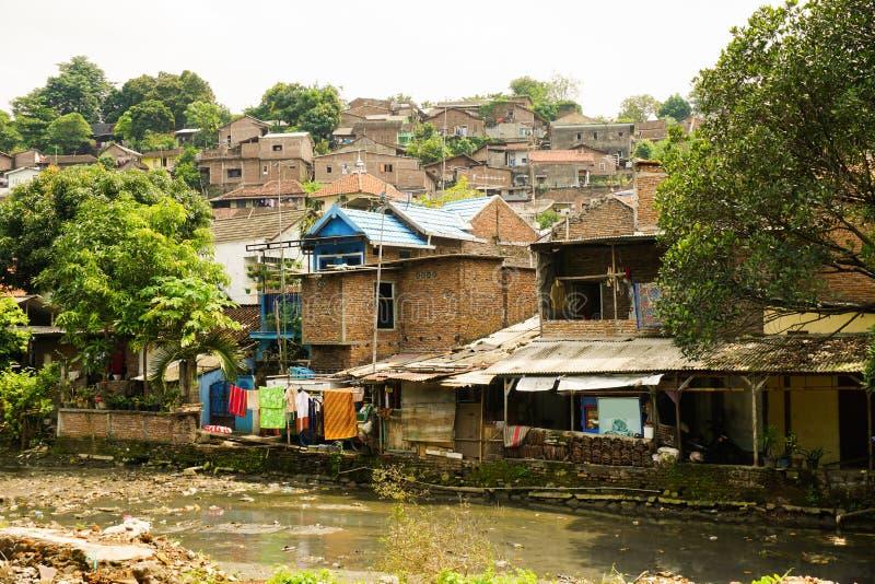 贫民窟临近在三宝垄拍的肮脏的河照片印度尼西亚 免版税库存照片