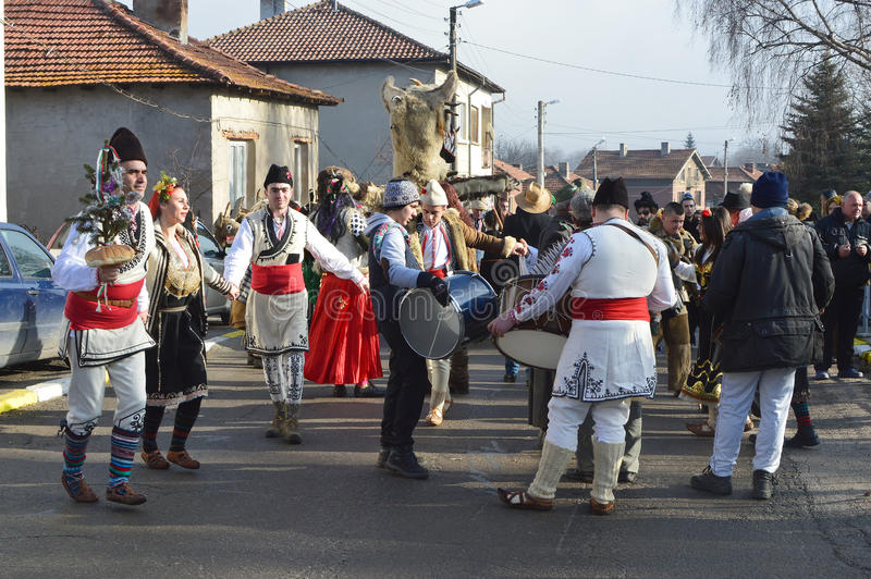 民间服装的当地人在街道上跳舞 库存图片