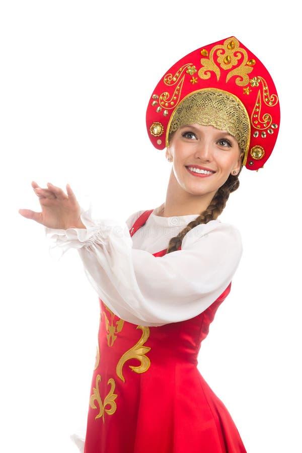 民间服装的美丽的微笑的俄国女孩 免版税库存图片