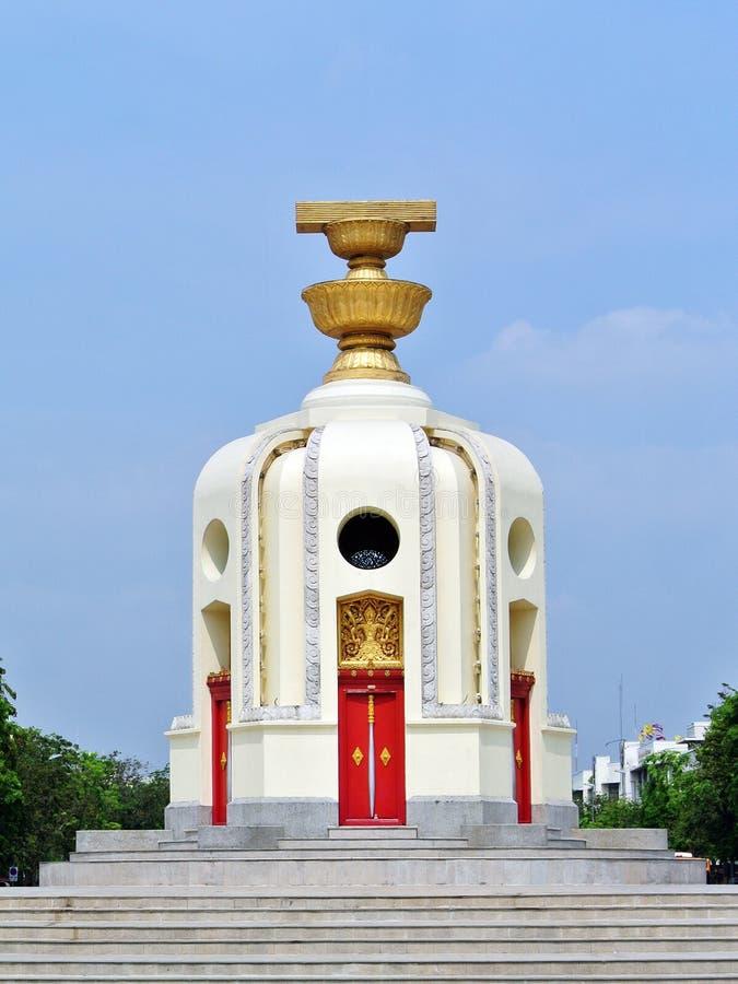 Download 民主纪念碑泰国 库存照片. 图片 包括有 黄色, 照亮, 业务量, 场面, 正方形, 雕象, 民主, 旅行 - 30330086
