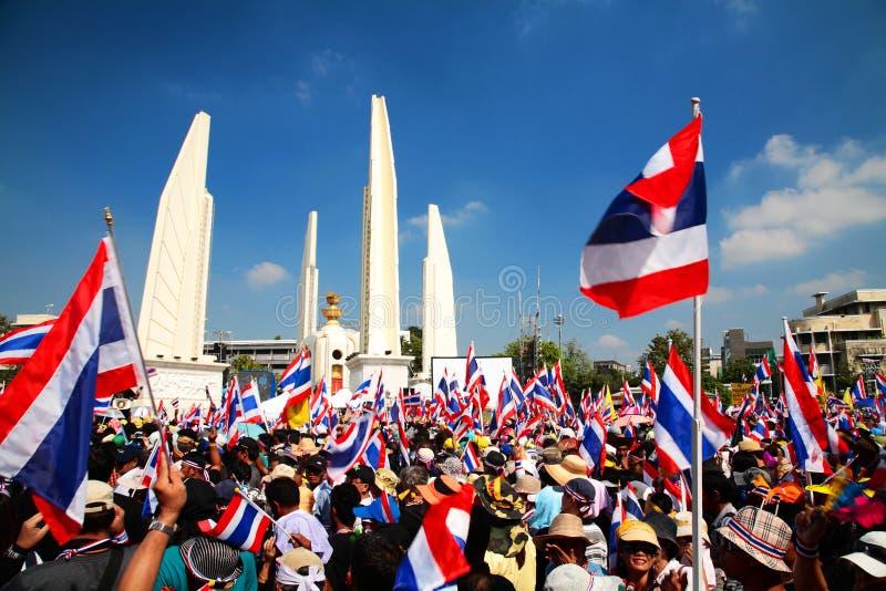 民主纪念碑的抗议者对反特赦票据 库存图片