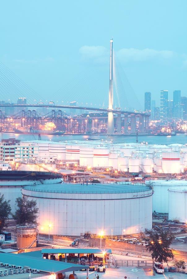 气体容器和桥梁 免版税库存图片
