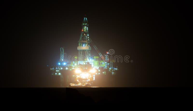 气体晚上石油平台 免版税库存图片