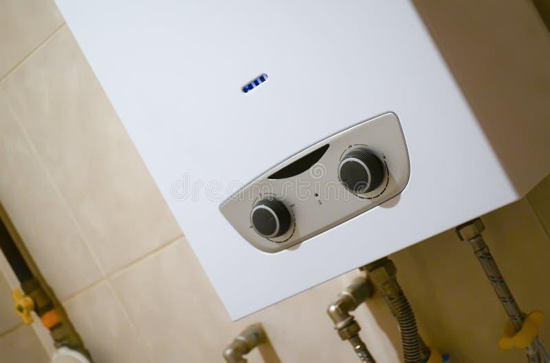 气体水加热器在卫生间里 免版税库存图片