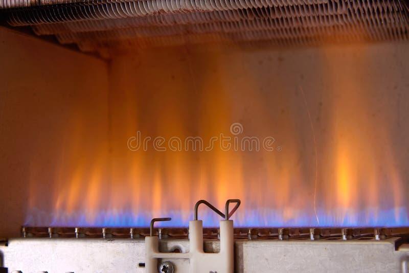气体燃烧在一种加热器 一台不锈钢燃烧器加热铜热转换器 免版税库存照片