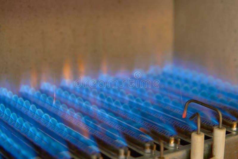 气体燃烧在一种加热器 一台不锈钢燃烧器加热铜热转换器 库存图片
