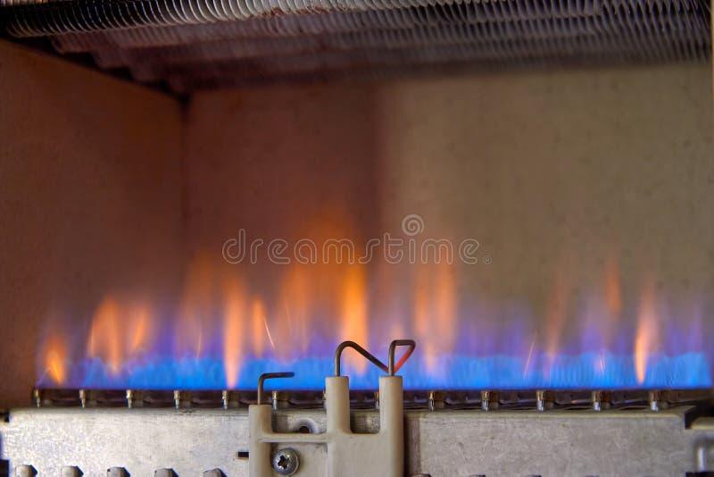 气体燃烧在一种加热器 一台不锈钢燃烧器加热铜热转换器 免版税库存图片