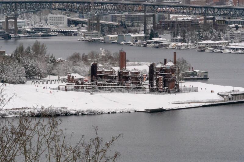气体运作在雪盖的公园 免版税库存照片