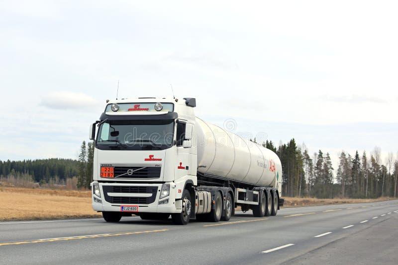 气体运输的白色富豪集团FH槽车 图库摄影