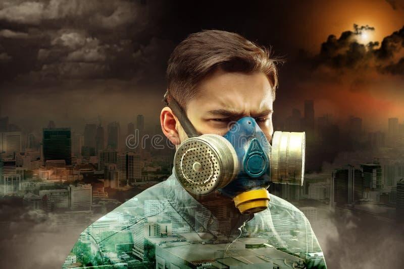 气体面具的年轻人 免版税库存图片