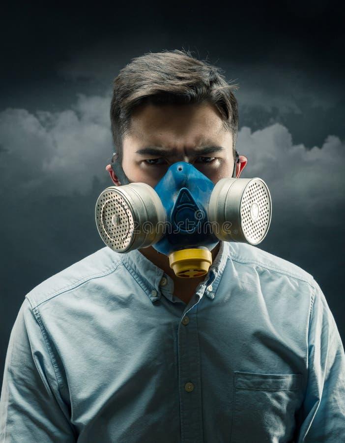 气体面具的年轻人 免版税图库摄影