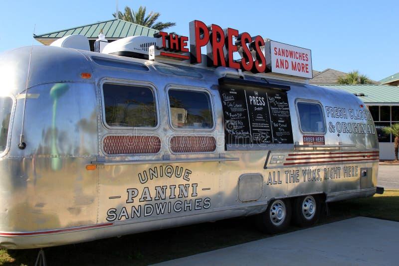 气流露营车的有趣的概念转换了成食物卡车,根据海滩俱乐部手段,阿拉巴马, 2018年 图库摄影