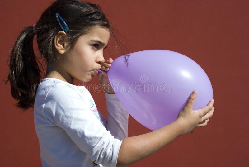 气球吹的女孩  免版税图库摄影