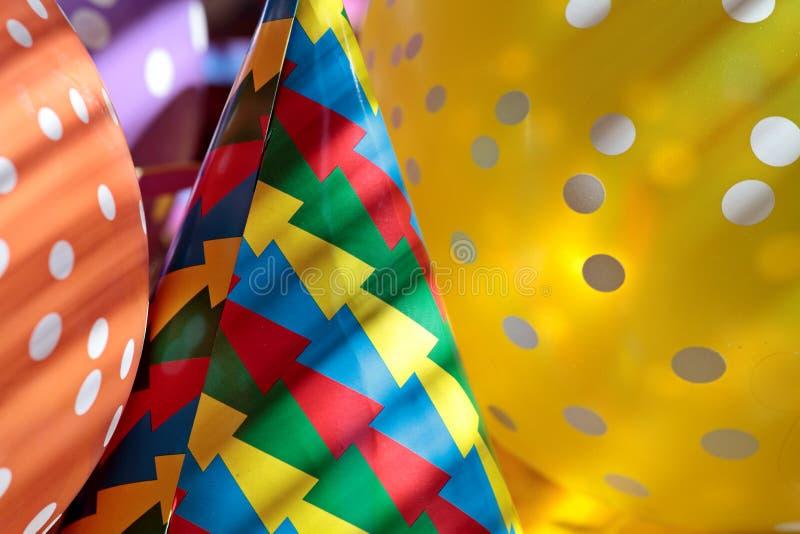 气球和纸帽子首先的可以 库存照片