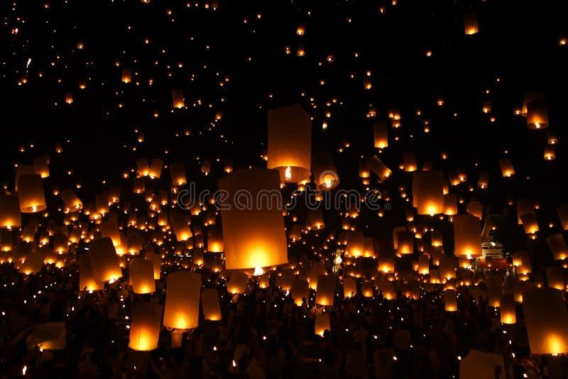 气球对光检查灯笼新的传统年 库存照片