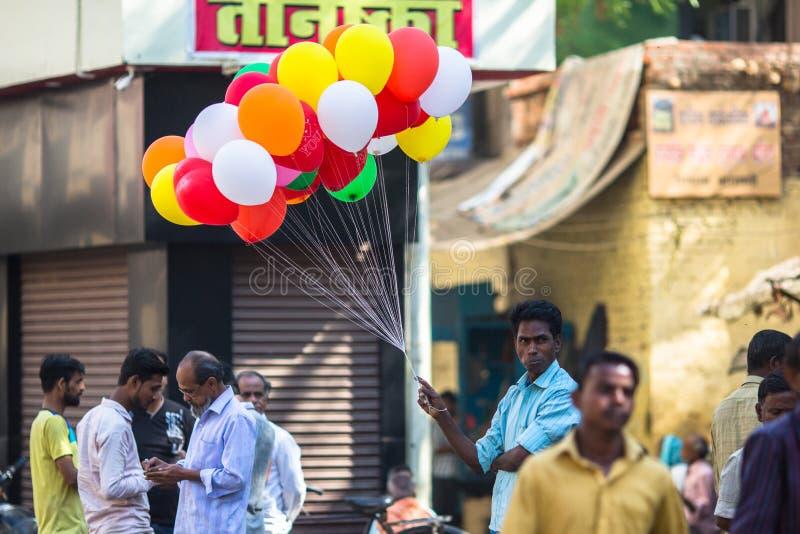 气球的印地安卖主在圣洁恒河附近的 免版税库存照片