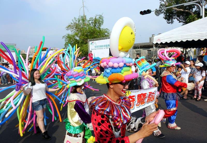 气球艺术家加入街道游行 免版税库存照片