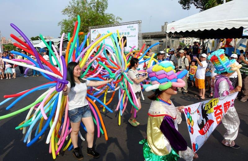 气球艺术家加入街道游行 图库摄影