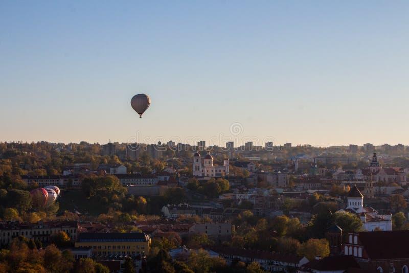 气球飞行在维尔纽斯奥尔德敦的日落的 r 库存图片