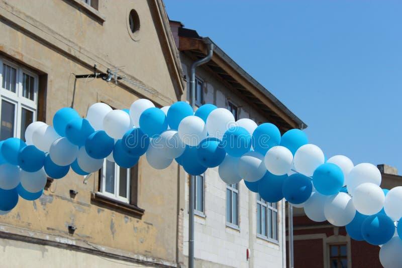 气球绳子在城市 免版税库存照片