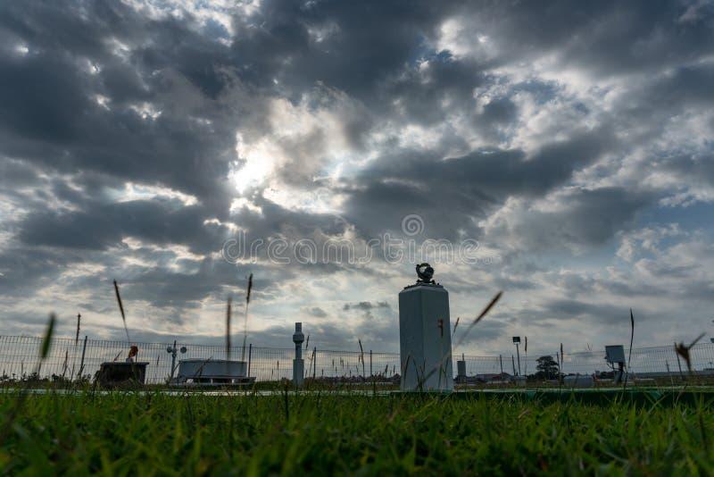 气象庭院风景早晨,当天空充分的灰色积云和卷云与美好的光时 图库摄影