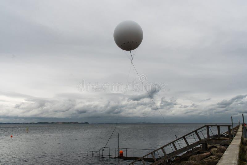 气象气球在海飞行在奥尔胡斯附近避风港  库存图片