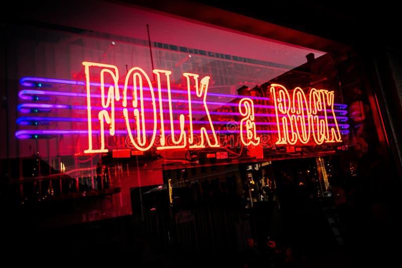 氖在马尔摩点燃了音乐商店&民间音乐商店窗口有岩石的在瑞典 免版税库存照片