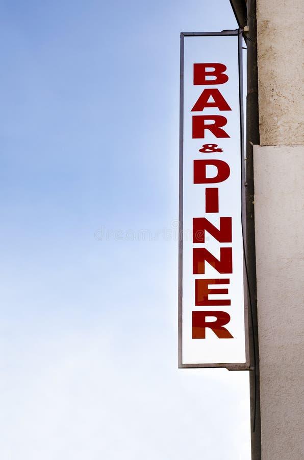 氖被点燃的酒吧晚餐标志 免版税库存照片