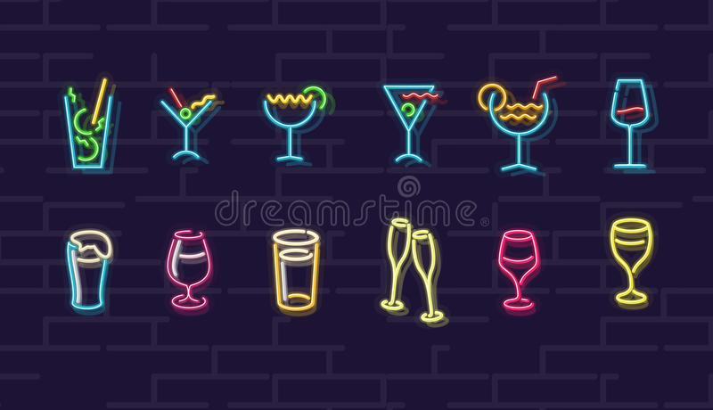 氖饮料 鸡尾酒,酒,啤酒,香槟 夜被阐明的华尔街标志 冷的酒精饮料在黑暗的夜 免版税图库摄影