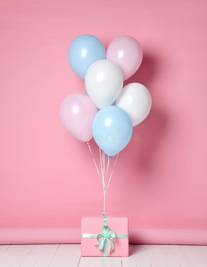 氦气可膨胀的乳汁淡色浅兰的桃红色白色气球背景生日婚礼 免版税库存图片