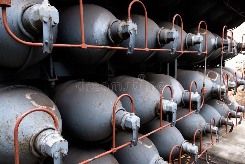 氦气高容量气体cilinders 与压缩气体的坦克产业的 液化氧气生产 工厂 免版税库存图片