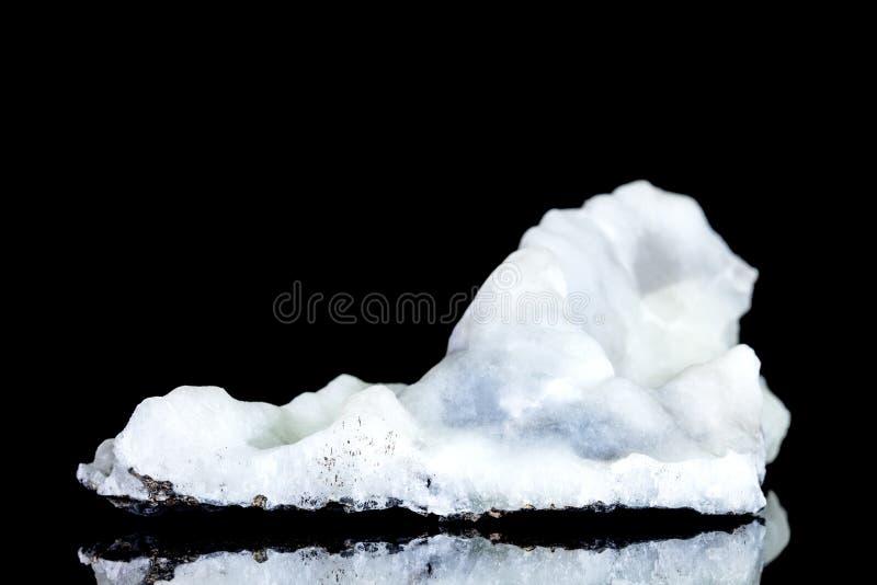 氧化钙白色蓝色钟乳石或多孔状淀土,在黑背景前面的未加工的石头,地质和焊接 免版税图库摄影