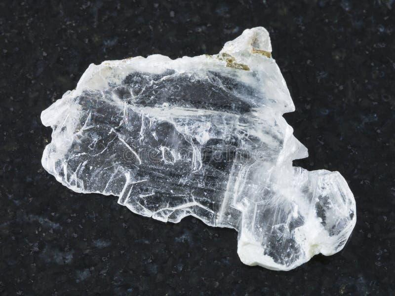 氧镁石石头概略的层数在黑暗的背景的 图库摄影