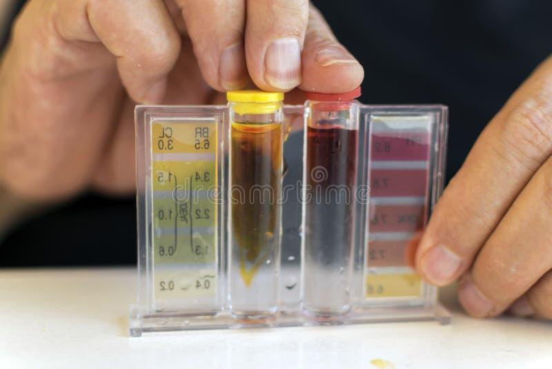 氯的水池的测量和酸碱度 图库摄影