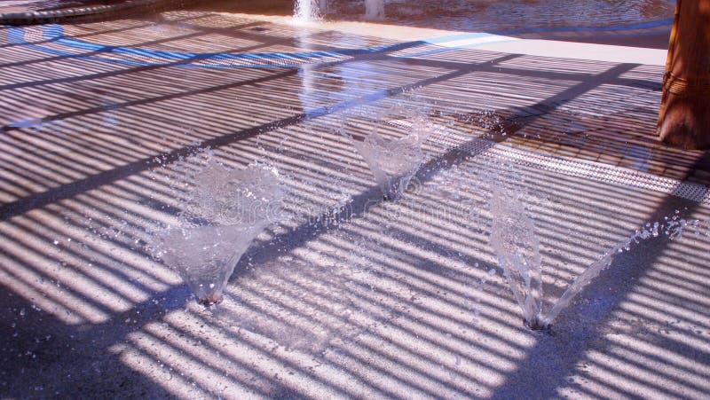 水、太阳和阴影在一热的天 库存图片