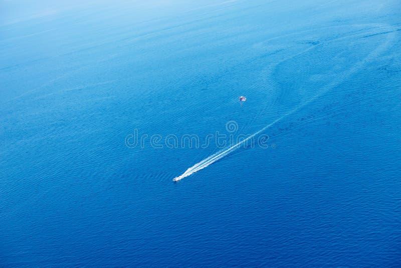 水上运动、喷气机滑雪和帆伞运动在海 鸟瞰图 免版税库存照片