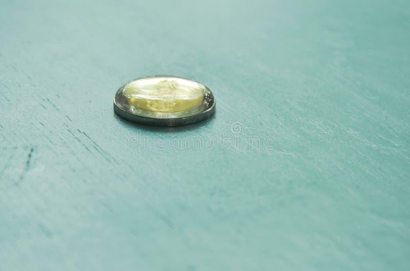 水上面下落在泰国硬币的 库存图片