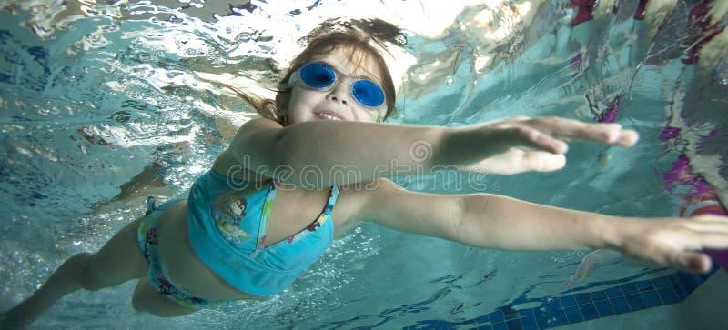 水下女孩愉快的小的池 库存照片